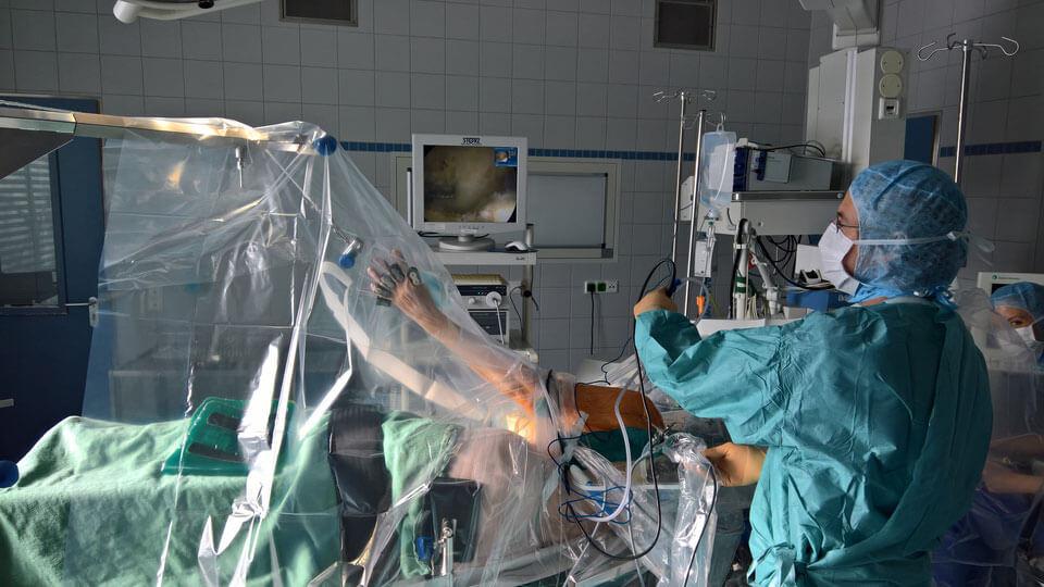 Dr. Ullmann bei der Schulterarthroskopie in Seitenlage